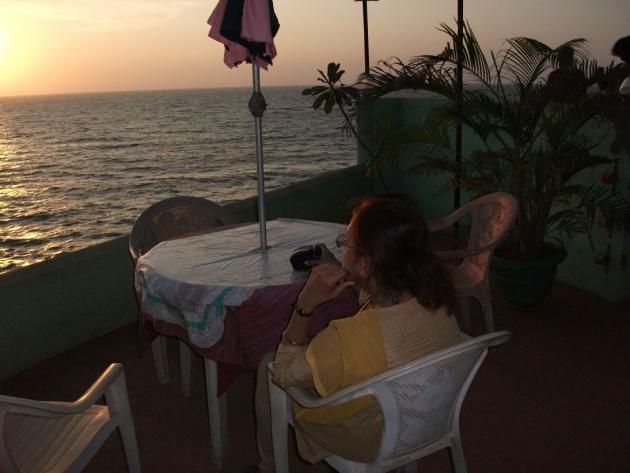 আঞ্জুনা বীচে টেবিল ঘিরে চেয়ার পেতে